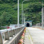 ダム堰堤先のトンネル